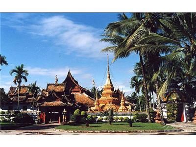 参观最具傣族特色的傣式竹楼,听傣族小朴少介绍傣族传统的风土人情